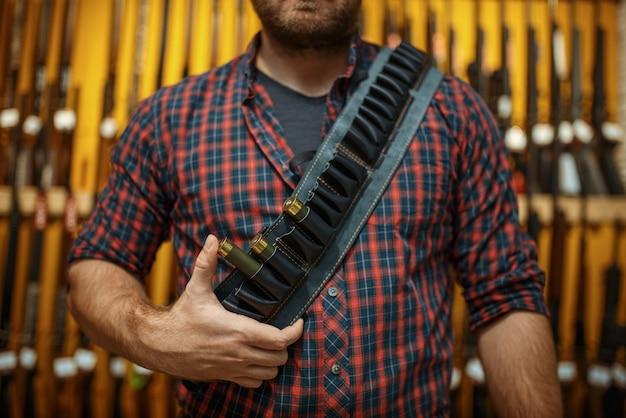 Homme en ceinture de munitions