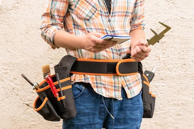 Homme avec ceinture avec outils