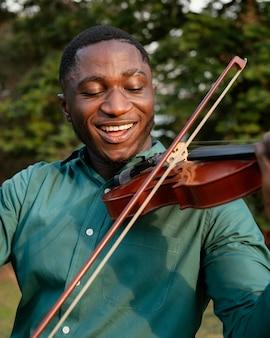 Homme célébrant la journée internationale du jazz