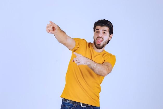 Homme De Célébrité Pointant Et Parlant à Quelqu'un De Ses Spectateurs. Photo gratuit