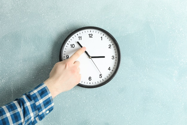 Homme, changer, temps, sur, beau, horloge murale, espace, pour, texte
