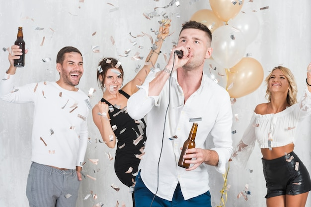 Homme chantant karaoké à la fête
