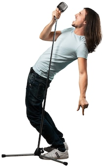 Homme chanteur de rock chantant dans un microphone