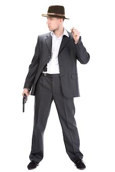 Un homme avec un chapeau et une arme à feu