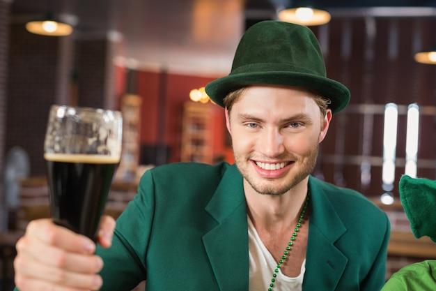 Homme, à, a, chapeau, grillage, a, bière