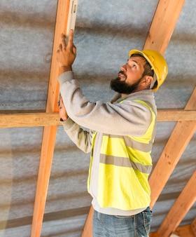 Homme charpentier travaillant sur le côté