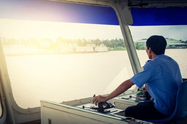 Homme, chauffeur, de, eau, taxi, ferry, direction, eau, taxi
