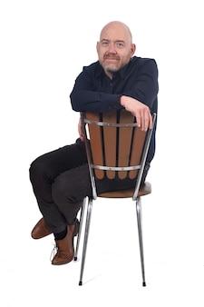 Homme chauve assis sur fond blanc,