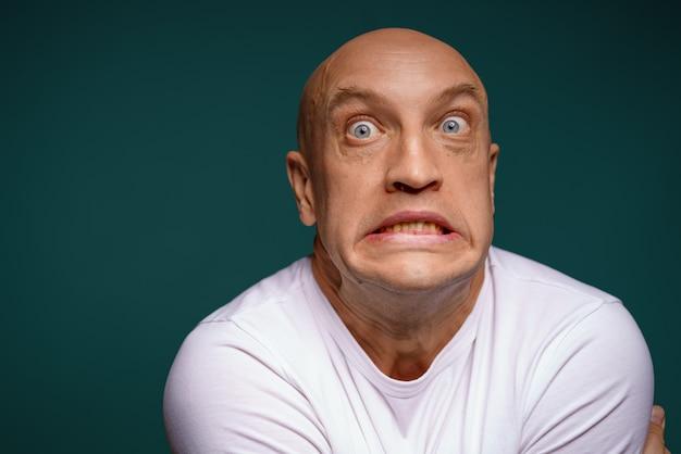 Homme chauve avec des expressions faciales