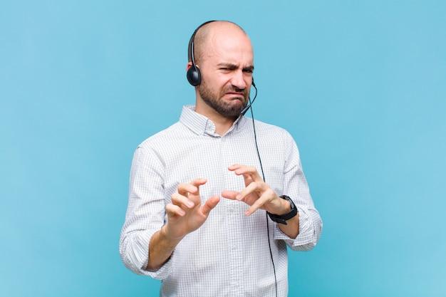 Homme chauve se sentant dégoûté et nauséeux, s'éloignant de quelque chose de méchant, malodorant ou puant, disant beurk