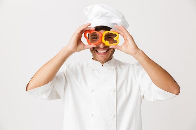 Homme de chef isolé sur un mur blanc avec des yeux coniques au paprika.