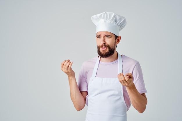 Homme en chef vêtements émotions cuisine travail cuisine