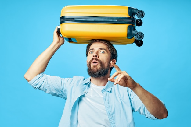 Homme en chemise avec des bagages sur la tête aéroport de voyage touristique