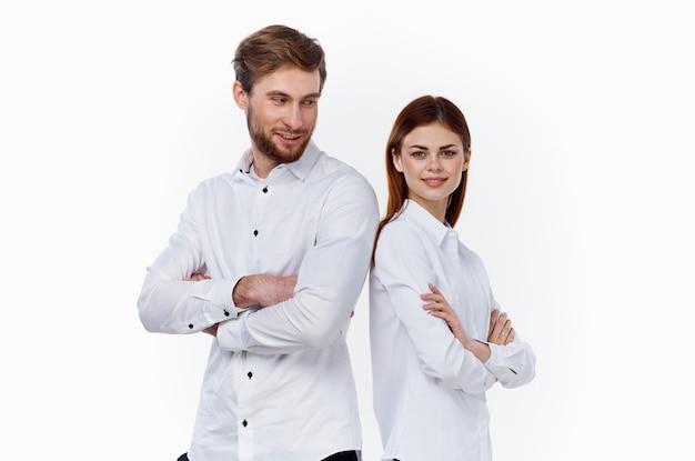 Homme en chemise blanche et belle femme communication amis famille personnel