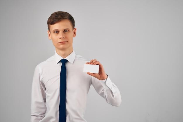 Homme en chemise blanche avec cravate carte de visite copie espace publicité. photo de haute qualité