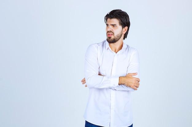 Homme en chemise blanche donnant des poses neutres