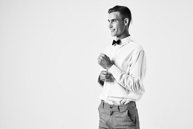 Homme en chemise blanche noeud papillon fashion coiffure confiance en soi