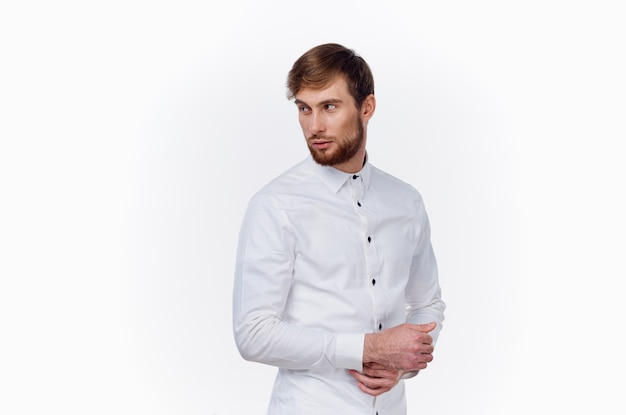 Homme en chemise blanche office manager travail
