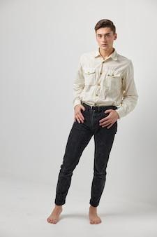 Homme en chemise blanche pantalon noir studio lifestyle émotions casual wear style élégant. photo de haute qualité