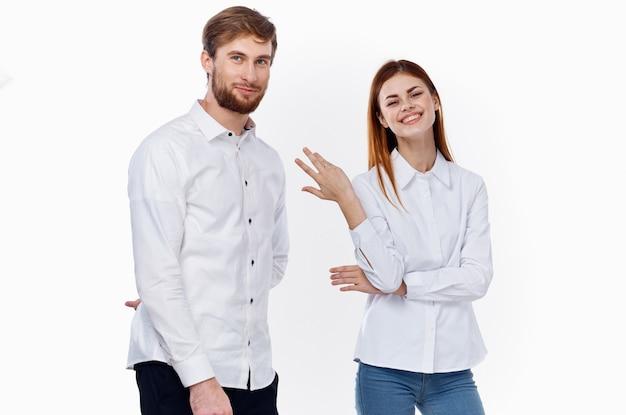 Homme en chemise blanche et personnel de la famille des amis de la communication belle femme. photo de haute qualité
