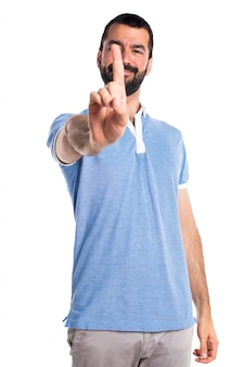 Homme avec une chemise bleue comptant un