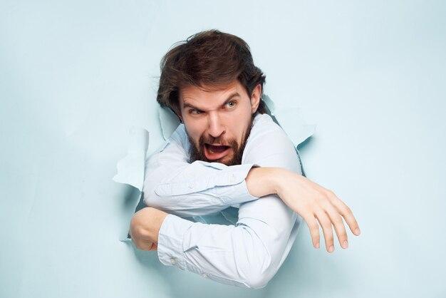 Homme en chemise bleue concept de carrière agrandi