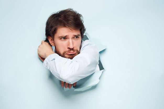 L'homme en chemise bleue traverse l'arrière-plan amusant fond isolé
