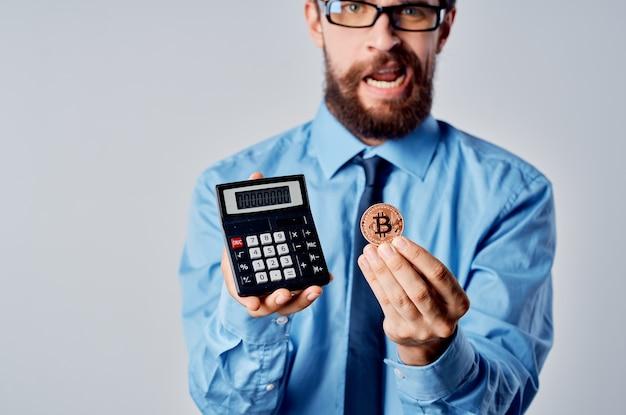 Homme en chemise avec calculatrice de cravate investissement financier crypto-monnaie