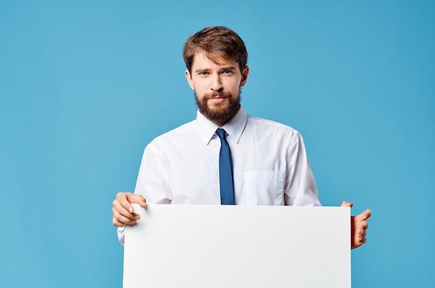 Homme en chemise avec cravate blanche maquette publicité présentation bleu espace copie.