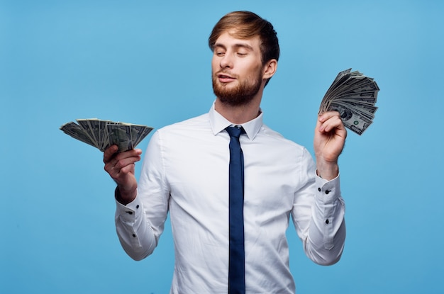 Homme en chemise avec cravate finance argent confiance en soi fond bleu
