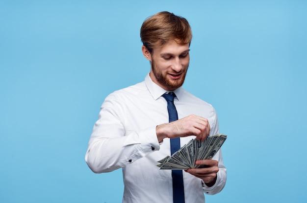Homme en chemise avec cravate finance de l'argent dans la richesse des mains