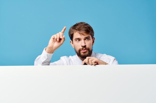 Homme en chemise avec cravate mocap affiche présentation publicité bleu