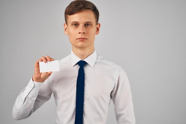 Un homme en chemise avec une cravate tenant un espace de copie publicitaire de carte de visite