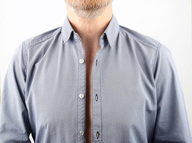 Homme avec chemise déboutonnée
