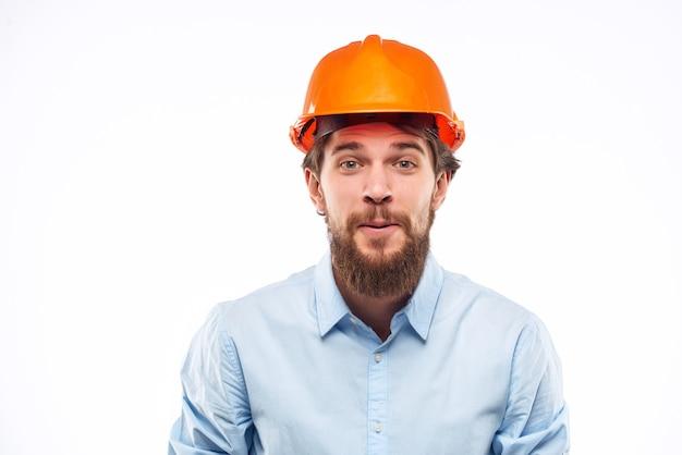 Homme en chemise orange casque ingénieur travail professionnel. photo de haute qualité