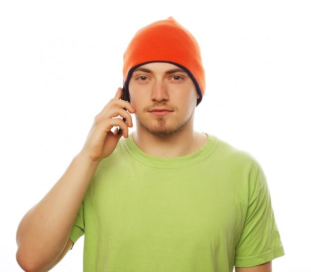 Homme en chemise parlant au téléphone