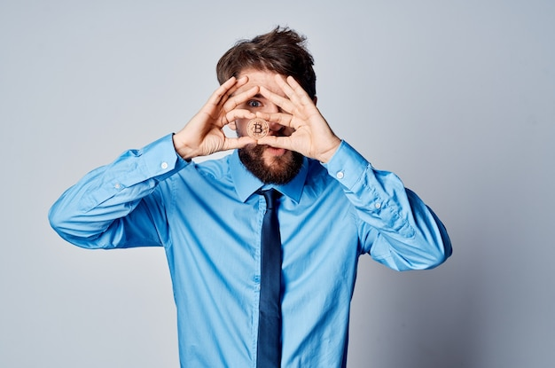 Homme en chemise avec pièce jointe de bureau de crypto-monnaie cravate