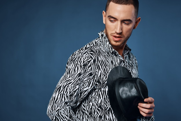 Homme en chemise portant un chapeau noir posant un style élégant de mode. photo de haute qualité