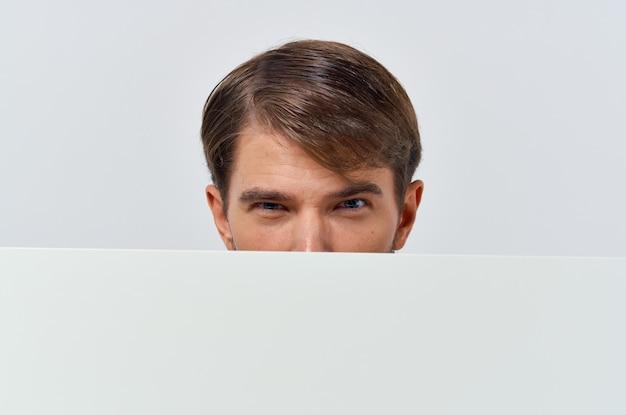 Homme en chemise tenant une affiche promotionnelle