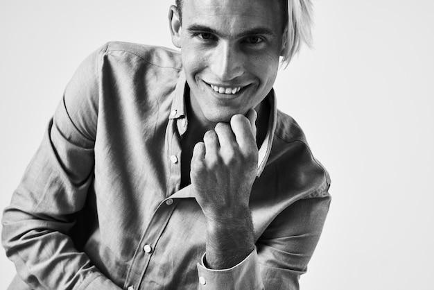 Homme en chemise tendance coiffure sourire confiance en soi