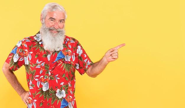 Homme avec chemise tropicale et chapeau de noël avec espace copie