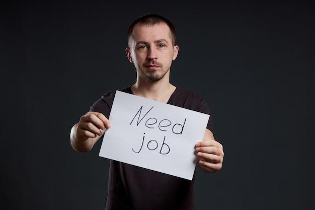 L'homme cherche du travail, le chômage et la crise. différentes émotions sur le visage, un signe dans les mains