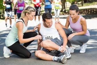 Homme avec une cheville blessée pendant la course dans le parc