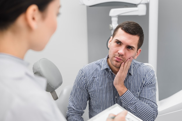 Homme chez dentiste