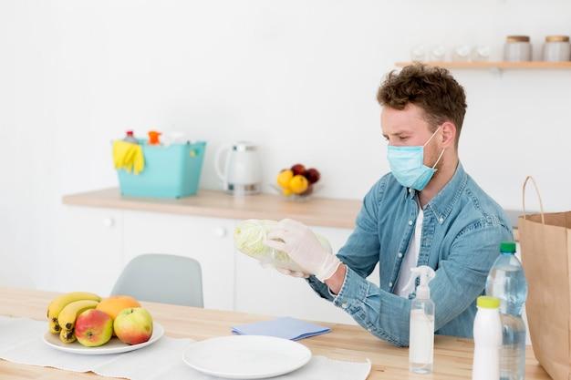 Homme, chez soi, à, masque, nettoyage
