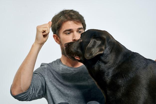 Homme, à, chien, amusement, jeux, récréation, formation, animal
