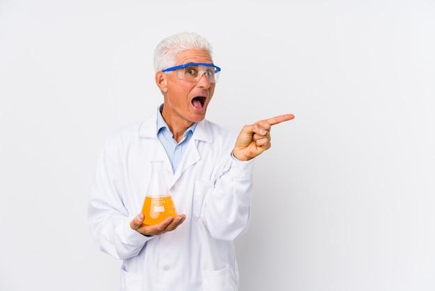 Homme chimique mature isolé pointant vers le côté