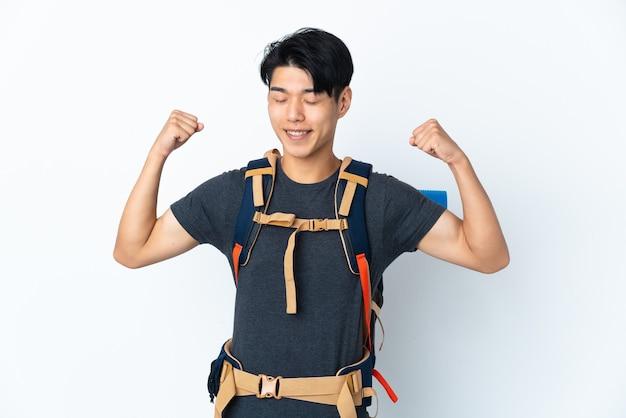 Homme chinois alpiniste avec sur blanc faisant un geste fort