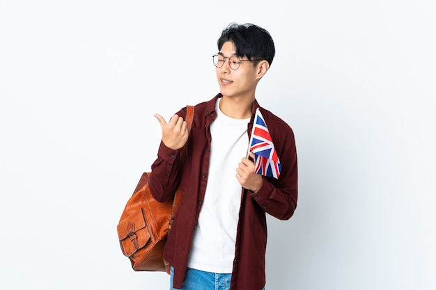 Homme chinois tenant un drapeau britannique sur violet pointant vers le côté pour présenter un produit