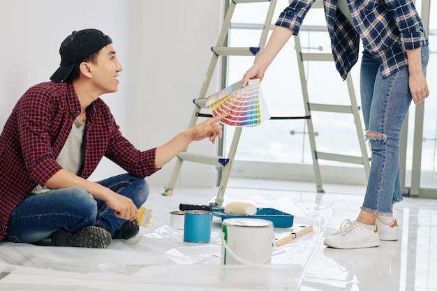 Homme choisissant la couleur de la peinture